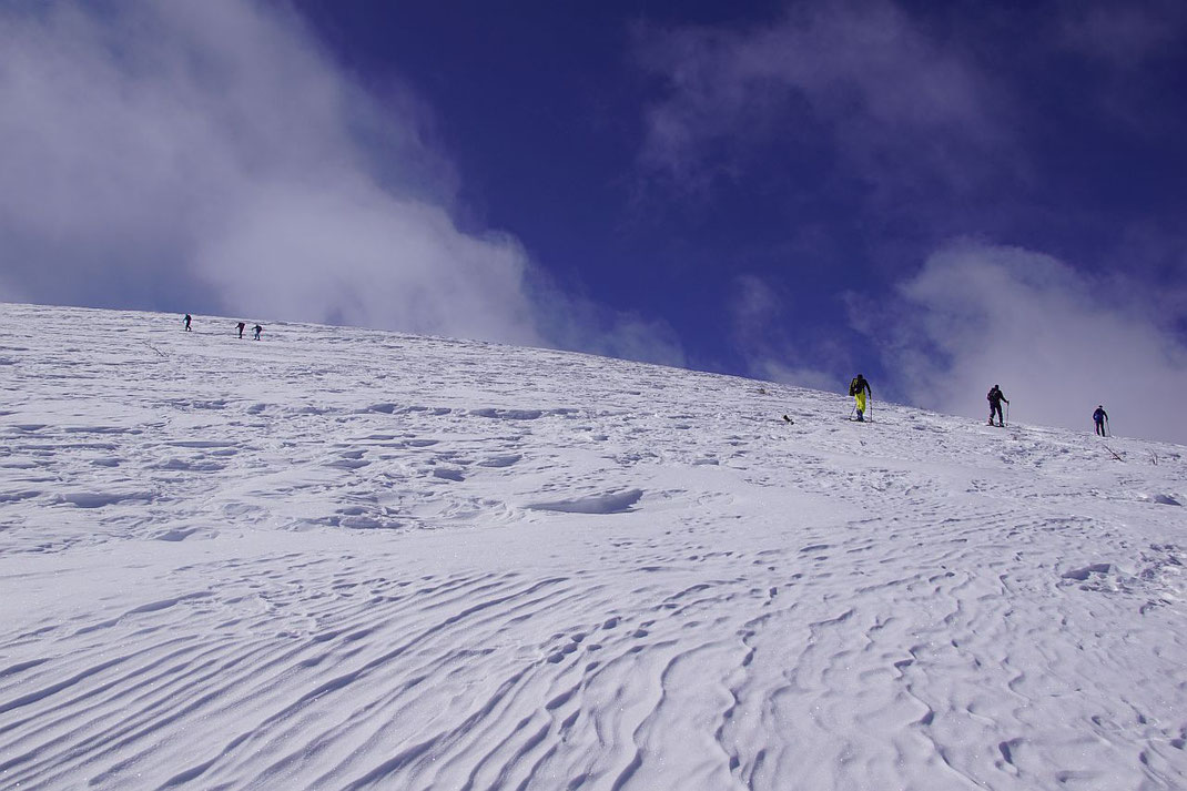 Herrliche freie Fläche unter dem Gipfel
