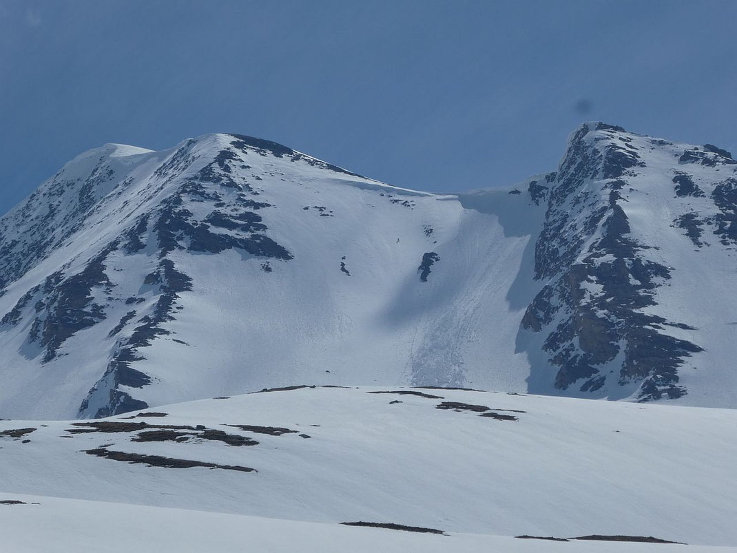 Blick von Westen in die Steilflanke (klein in der Mitte der Flanke ist meine Wenigkeit zu erkennen)