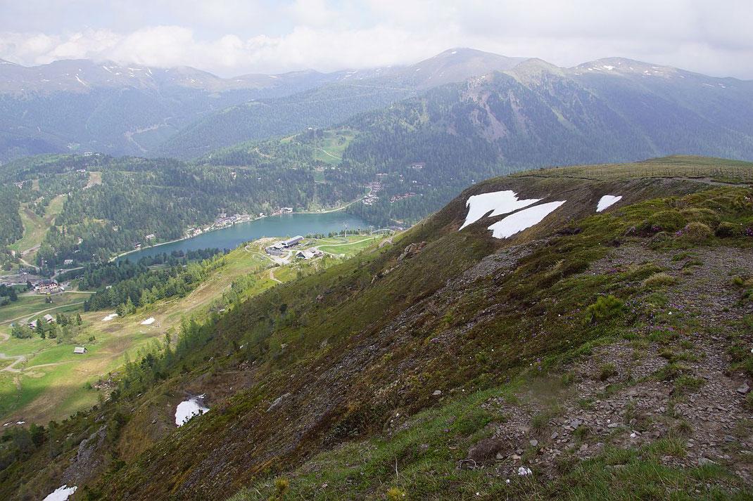 Beim Abstieg über den Südostrücken des Kornocks zur Bergstation der Panoramabahn (links der Bildmitte in der Sonne)
