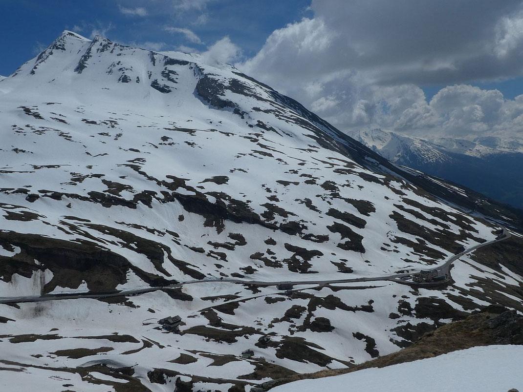 Überblick über die Aufstiegsroute vom Glocknerhaus (rechts im Bild) zur Racherin (links) samt der Steilflanke