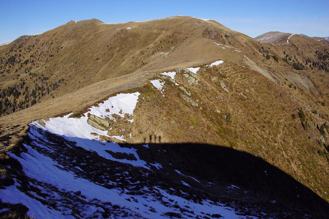 Blick vom Rabenkofel zum Stileck (links), der Abstieg erfolgt über die Rippe mit den auffallenden Schuttfeldern im rechten Bildteil