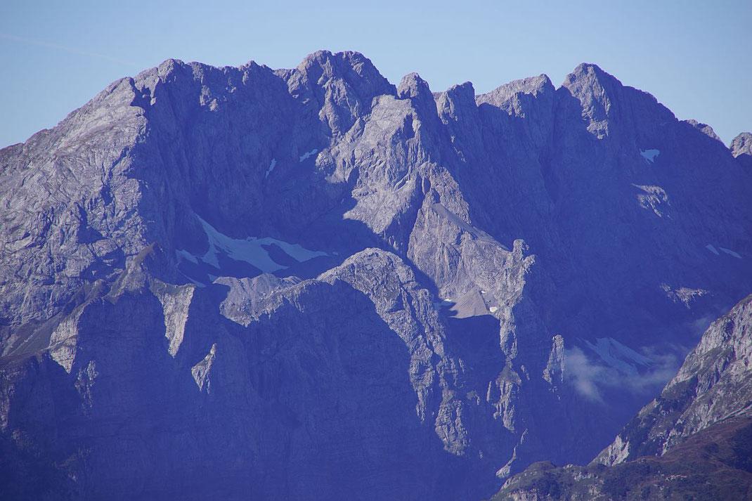 Die mächtige Kellerwand mit dem südlichsten Gletscher Österreichs, dem Eiskar, rechts daneben die Hohe Warte