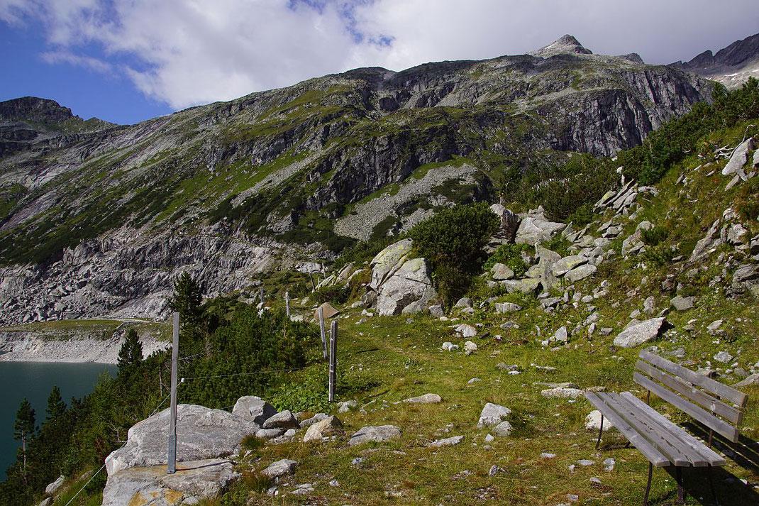Knapp vor dem Stausee kommt der Gipfel nochmals ins Blickfeld