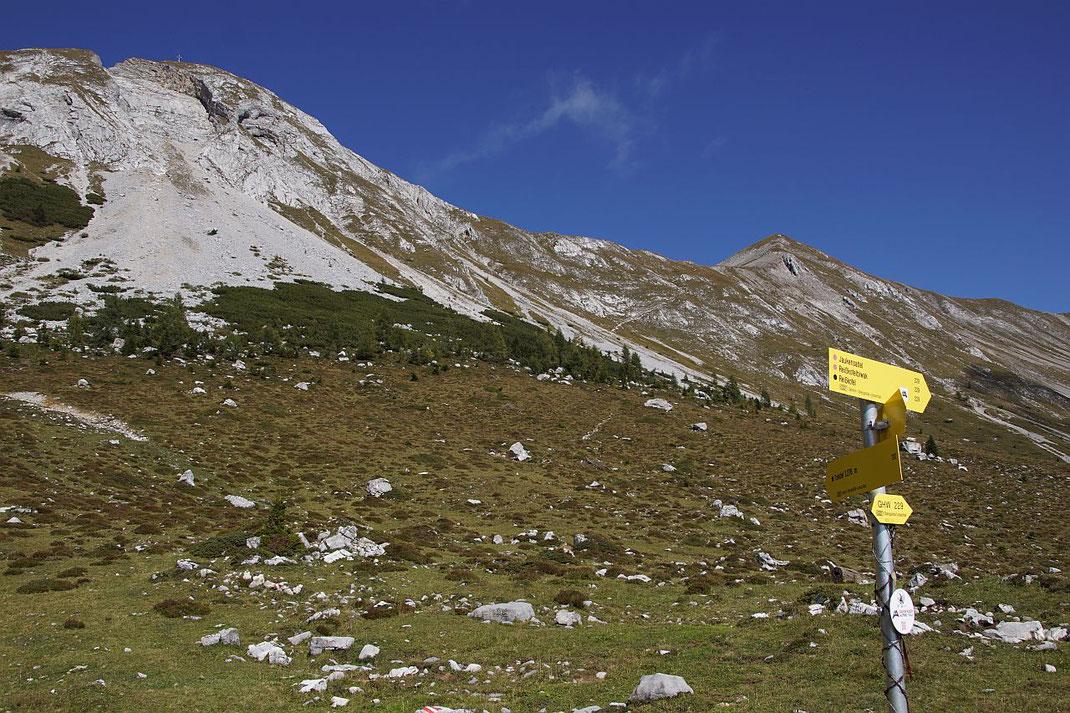 Abzweigung auf der Jaukenalm, das große Gipfelkreuz am Torkofel ist schon gut zu erkennen (links oben)