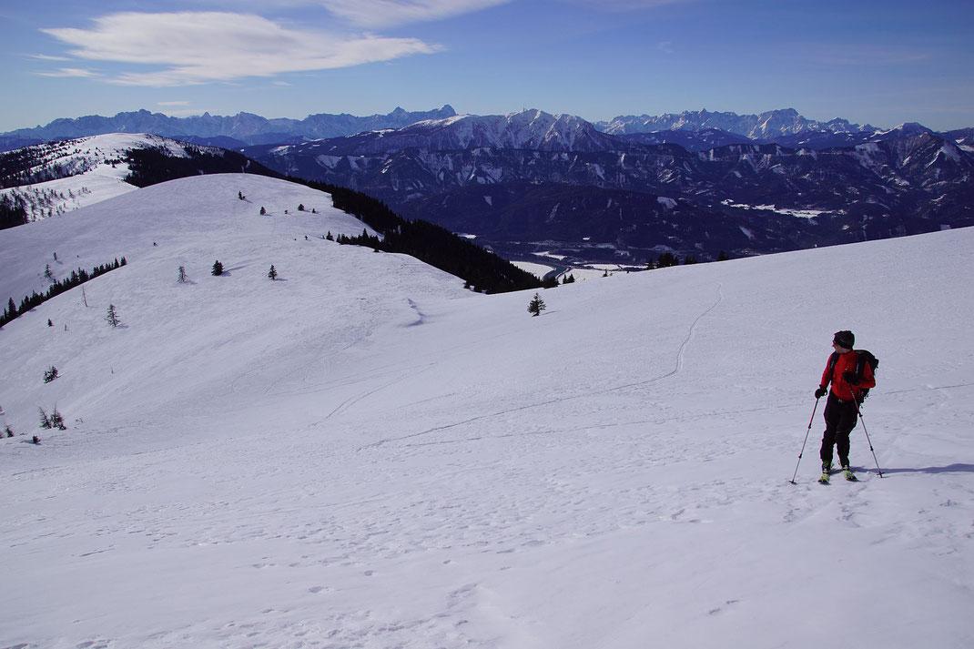 Traumhaftes Ambiente, Blick zurück zum Lahnernock, im Hintergrund der Dobratsch und die Julischen Alpen