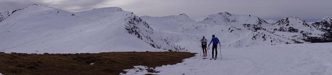 Ganz links der Falkert, rechts der Bildmitte der Klomnock und der zweite Berg von rechst der Schiestelnock, aufgenommen am 2064m hohen Berg direkt nördlich vom Ausgangspunkt