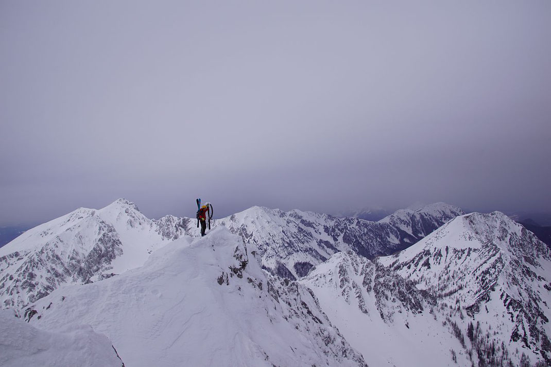 Mit den Schiern am Gipfel