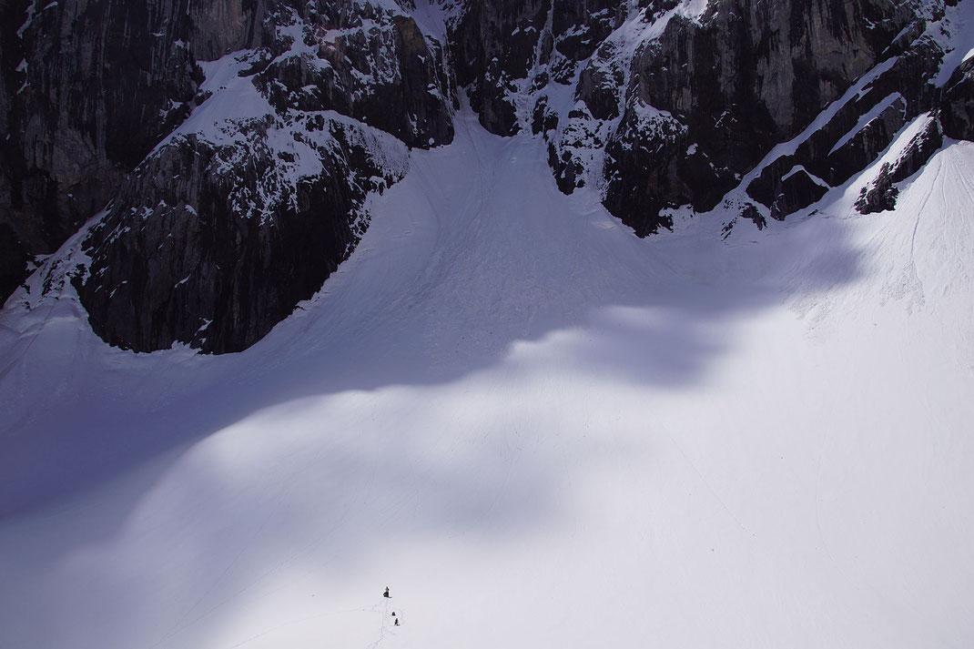 Der höchste Punkt des Gletschers ist heuer wieder sehr gut mit Schnee bedeckt. Im Vordergrund sieht man als Größenvergleich zwei Personen stehen.