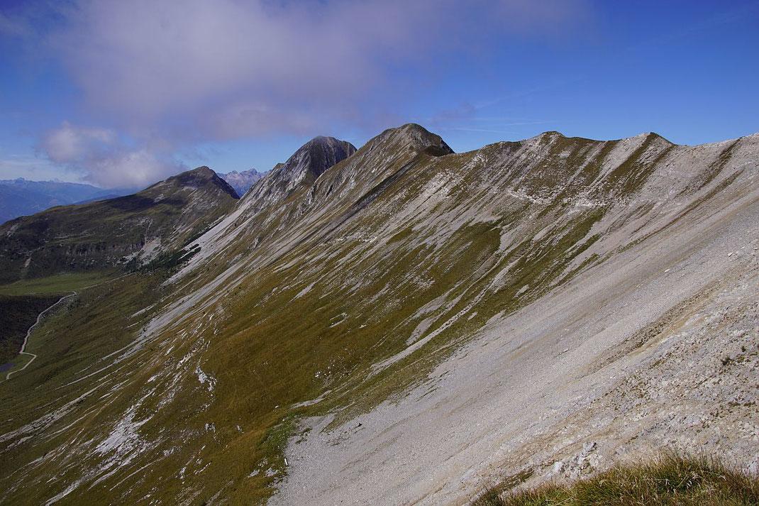 Beim Abstieg über den Südgrat nochmals der Blick zurück zu Mitterkofel, Torkofel und Jaukenhöhe (von rechts)