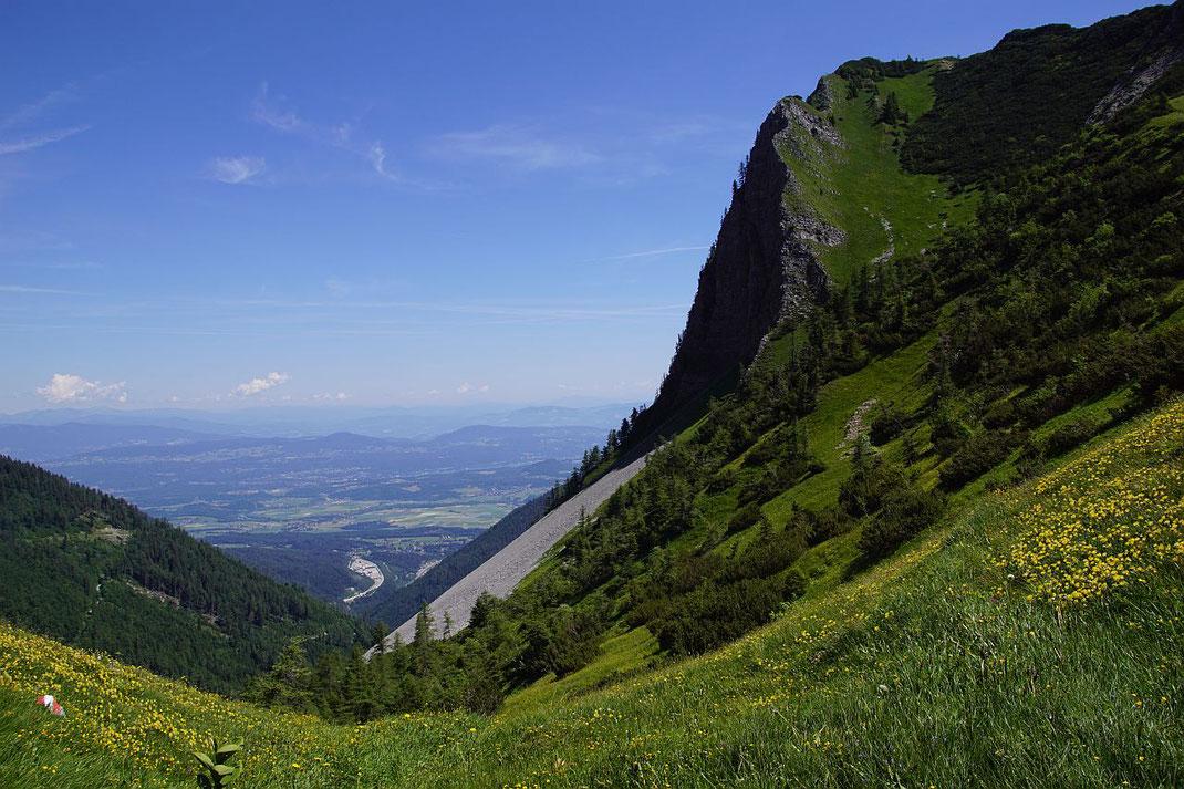 Vom Rosenbachsattel geht es wieder den weiten Weg hinaus bis zum Bahnhof Rosenbach (rechts der Autobahn)