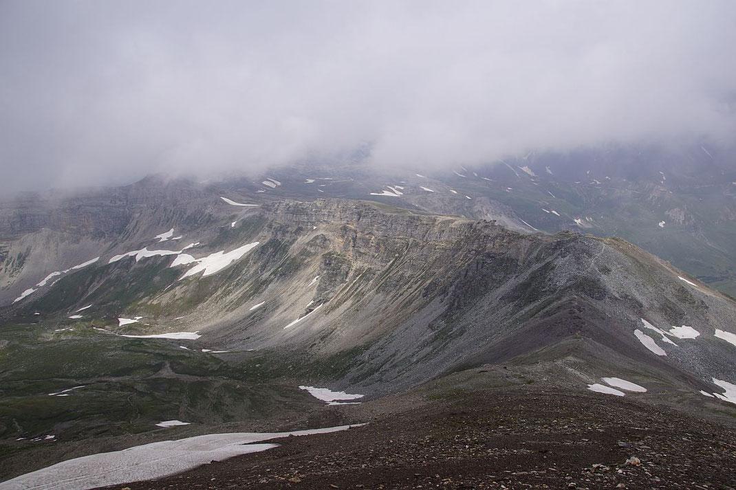 Beim Aufstieg der Blick zurück zur Weißenbachscharte; die Aufstiegsroute ist im rechten Bildteil in Kammnähe gut zu erkennen, der Abstieg erfolgt nach links in das Hochtal