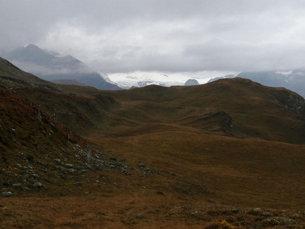 Unberührte Berglandschaft, der Blick zum Johannisberg (weiß im Hintergrund) geht über den Gipfel Hinterm Hap (rechts falche Kuppe)