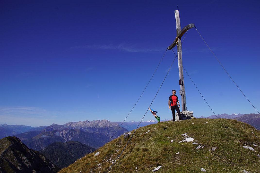 Das große Gipfelkruez mit den Lienzer Dolomiten im Hintergrund