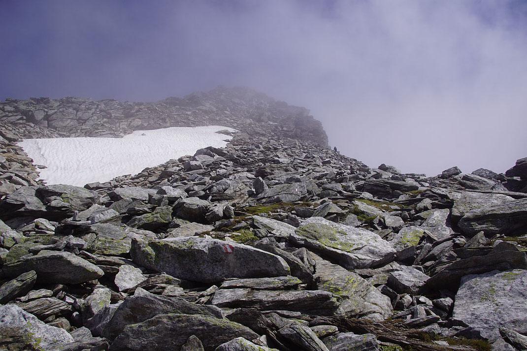 Über plattiges und blockiges Gelände geht es relativ einfach zum Gipfel