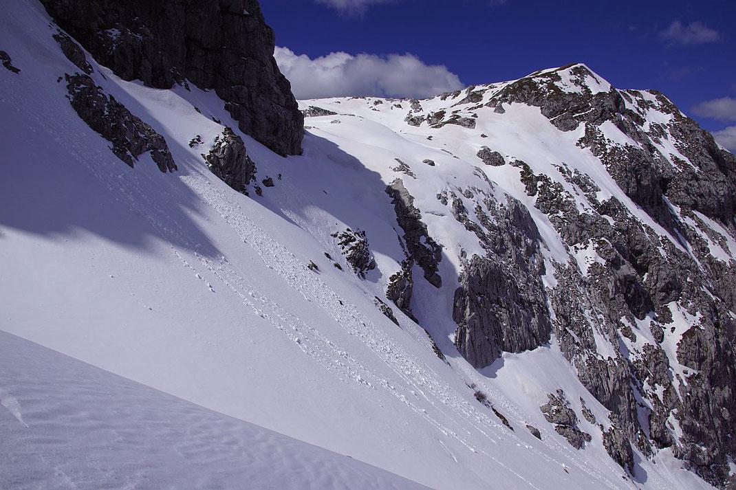 Die steile Querung zurück zum Rudnigsattel bei der Abfahrt (reltaiv klein ist etwa links der Bildmitte im Schatten ein Schifahrer zu erkennen)