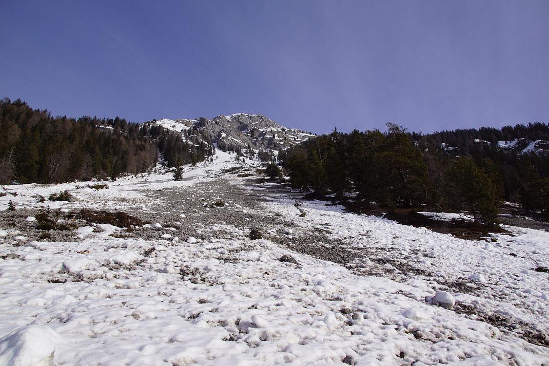Weiter oben weniger Lawinenschnee aber auch weniger Schnee. Im linken Teil finden wir bei der Abfahrt jedoch perfekten Firn.