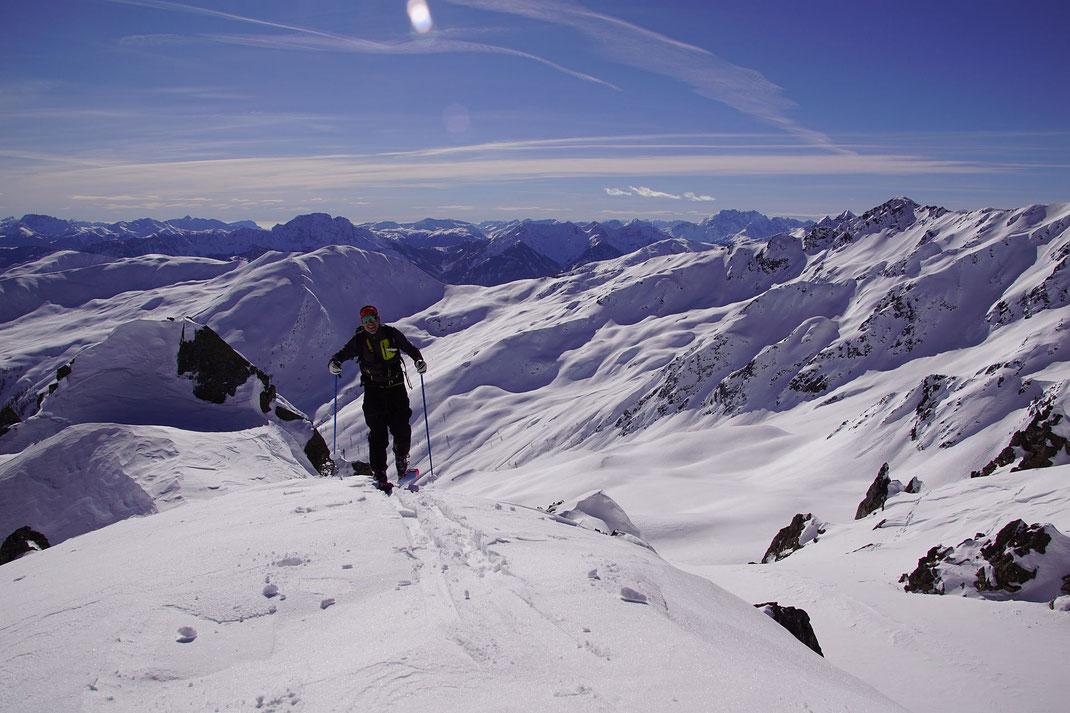 Unschwierig und mit diesem traumhaftem Panorama geht es zum Gipfel