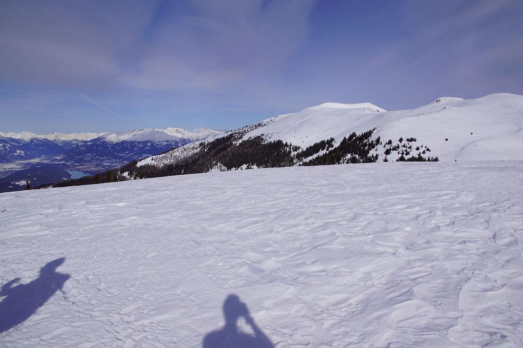 Rechts Lierzberger Alpenspitze und Rindernock dann der breite Mirnock und schließlich im Bildhintergrund die Hohen Tauern und im Tal der Millstätter See