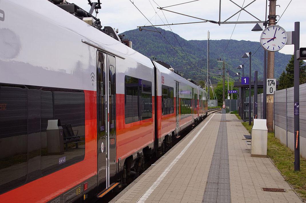 Der Zug fährt immer kurz vor und kurz nach der vollen Stunde von Villach bzw. Spittal kommend