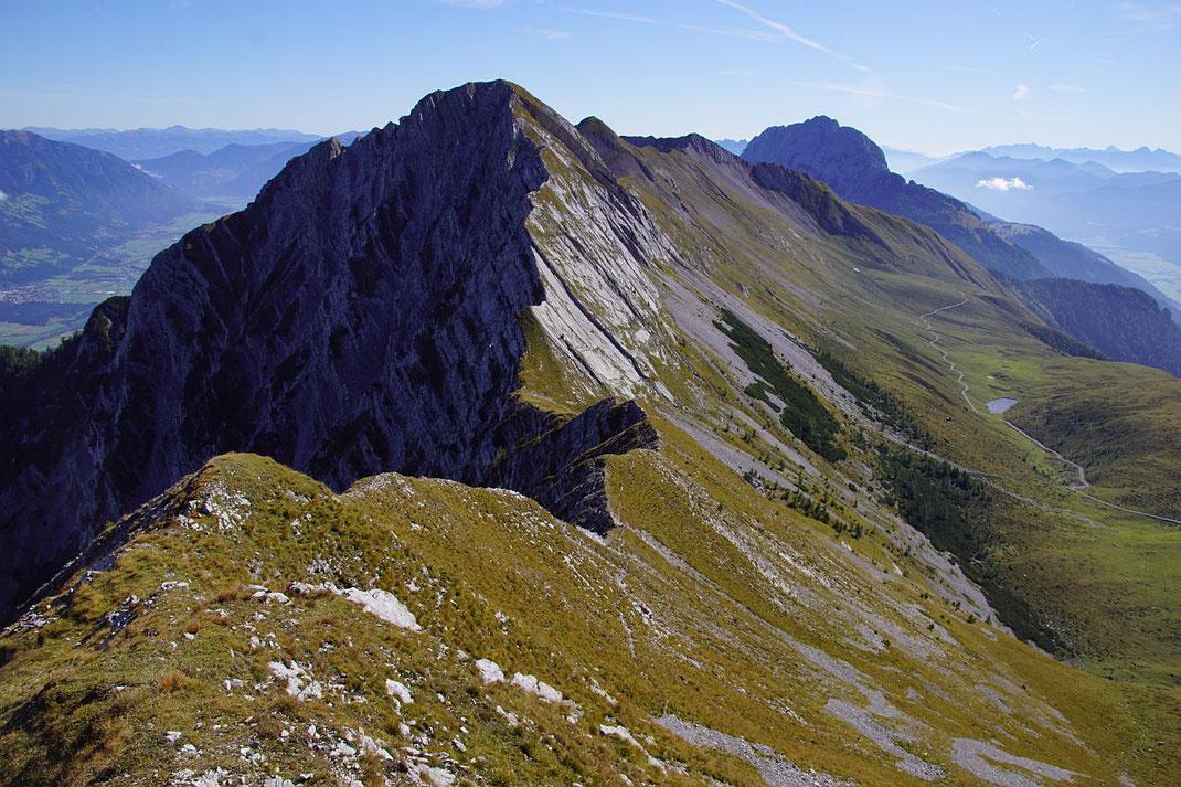 Der Blick von der Jaukenhöhe zum Torkofel, die Böse Schneid in der Bildmitte werden die meisten Bergsteiger wohl rechts unter den galtten Felsen umgehen...