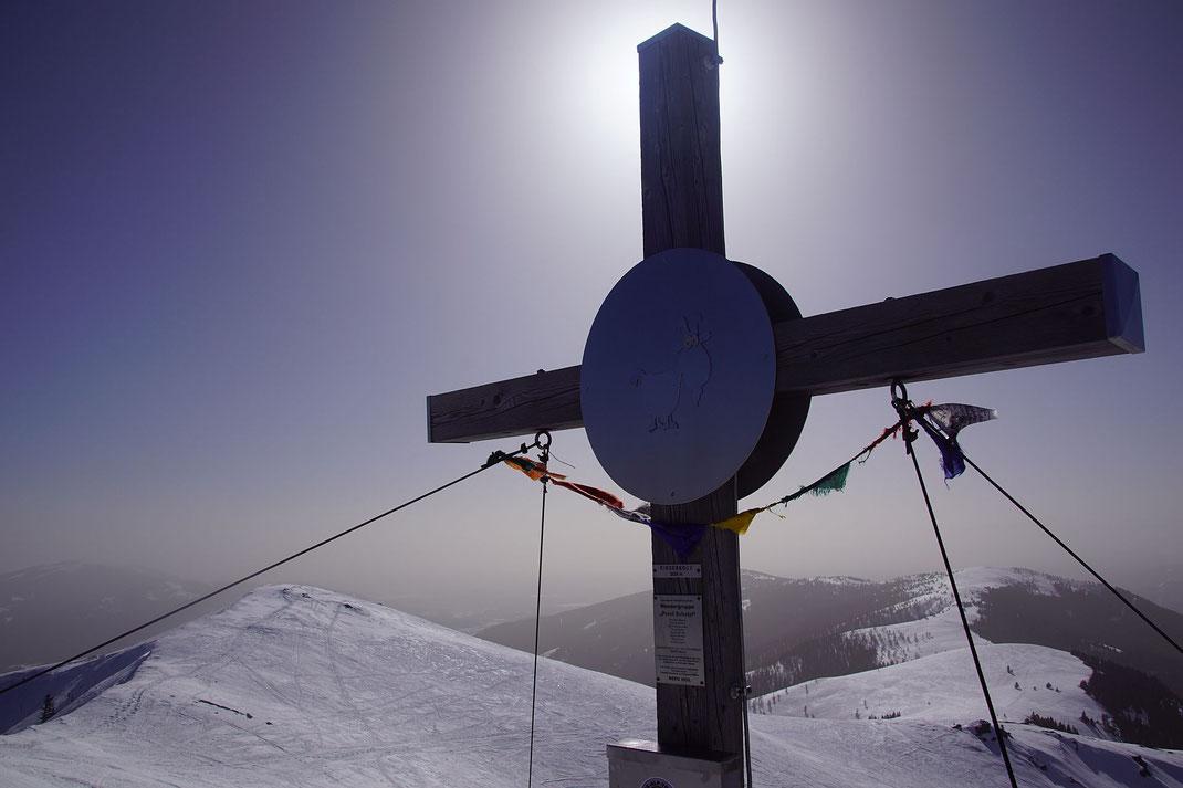 Gipfelkreuz, am 23.2.2021 ist die Luft voller Saharastaub