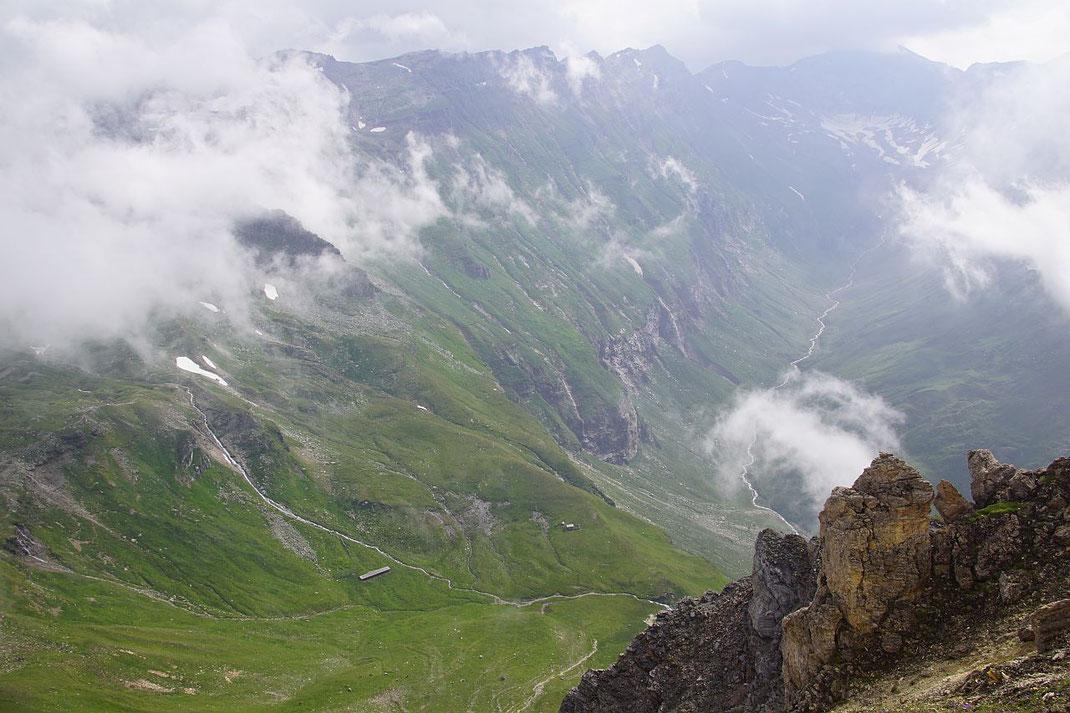 Knapp nach dem Schareck der Blick hinab zum Weißenbach und zum Großen Fleißtal (rechts), auf dem Gratzug im Bildhintergrund führt die Wanderung