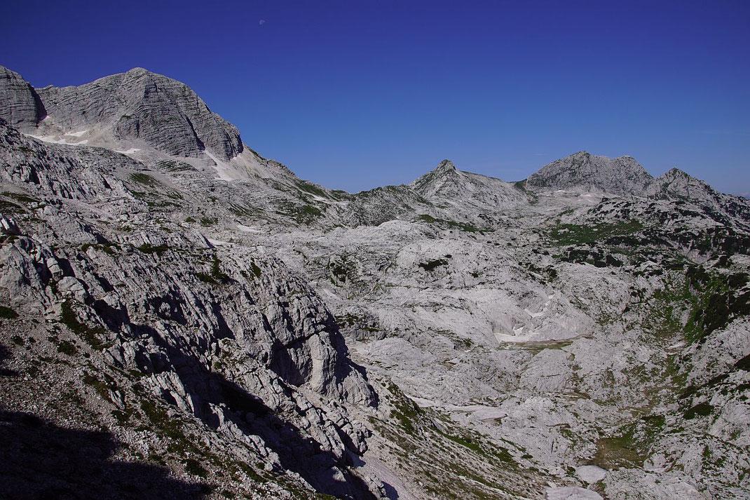 Der Blick vom Sella Bila Pec zum Monte Sart (Doppelgipfel rechts im Bild)