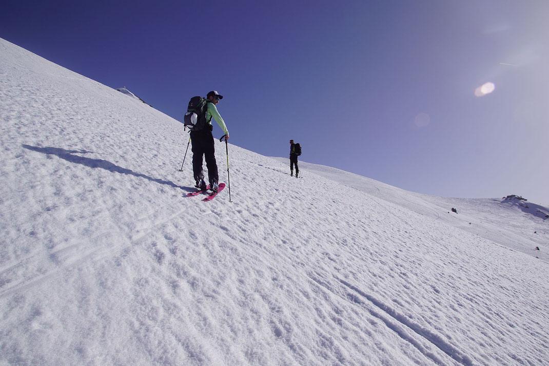 Über wunderschöne Hänge geht es Richtung Gipfel, (links)