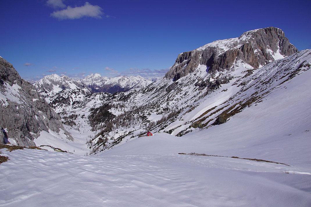 Das Trogtal, durch welches die Abfahrt nach Westen erfolgt, mit Biwak (Bildmitte) und Trogkofel (rechts)