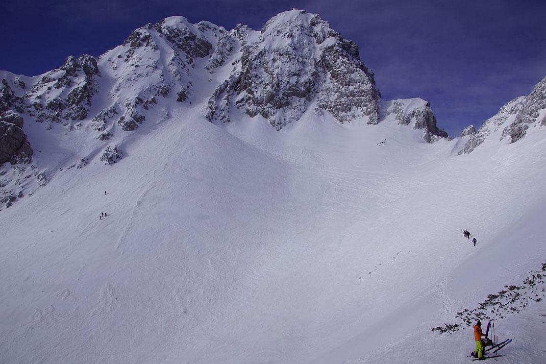 Vom Ausstieg der Pautzrinne wandert der Blick nach Südwesten zur Vertatscha und zur Y-Rinne
