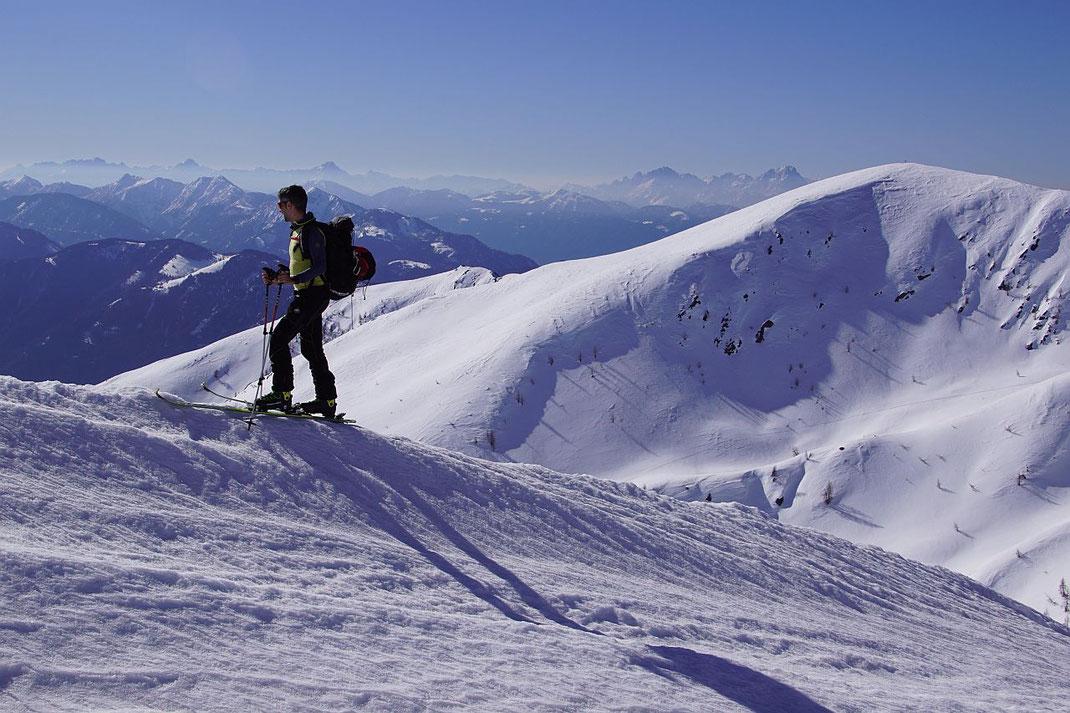 Knapp vor dem Gipfel mit der Höhe 2205m; recht der Gaugen, im Hintergrund die Julischen Alpen