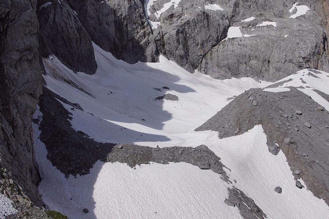 Der erste Eindruck des Eiskargletschers ist Anfang Juli 2021 noch sehr winterlich