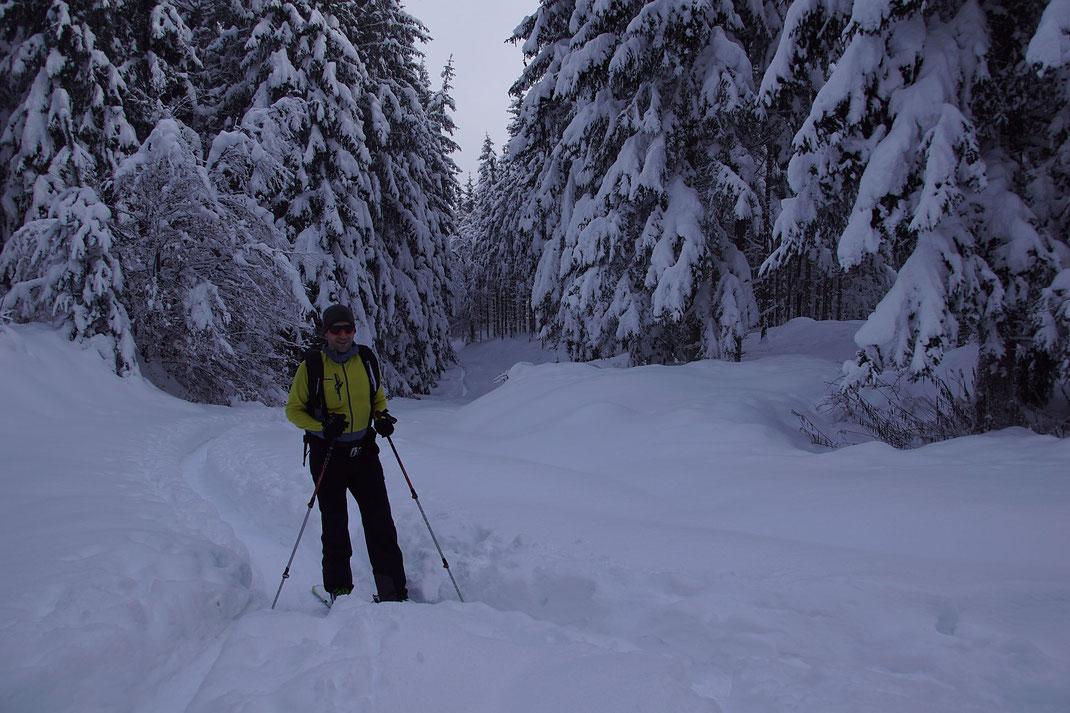 Nach dem Aufstieg auf der alten Rodelbahn von Goritschach hinauf Richtung Hundsmarhof im flachen Bereich wenige Minuten vor der Jagdhütte; 7.1.2021