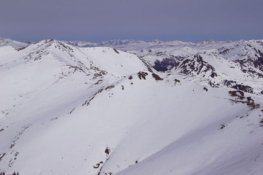 Blick vom Falkert zum Klomnock (links) und unscheinbar rechts neben der tiefen Scharte (Schiestelscharte) erhebt sich der Schiestelnock mit dem schönen Osthängen