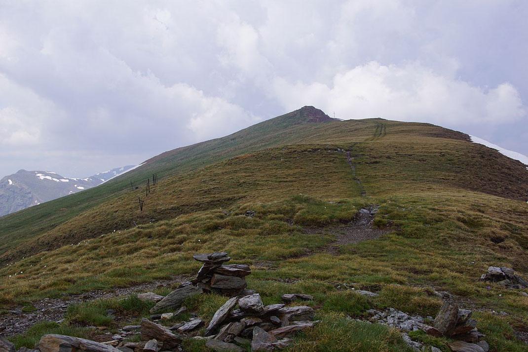 Der flache Südostrücken mit Gipfelkreuz