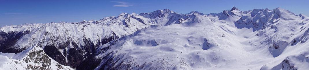 Wunderbares Panorama, rechts der Bildmitte sind Ankogel, Hochalm und hoch und spitz der Gamskarlspitz zu erkennen.