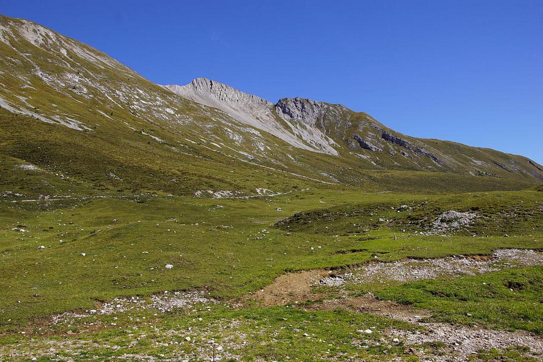 beim Rückweg zur Jaukenalm der Rückblick zum Spitzkofel, der Abstieg über die steilen Wiesen vom Südgrat erfolgt nach dem letzten steilern Abschwung (rechts der Bildmitte)