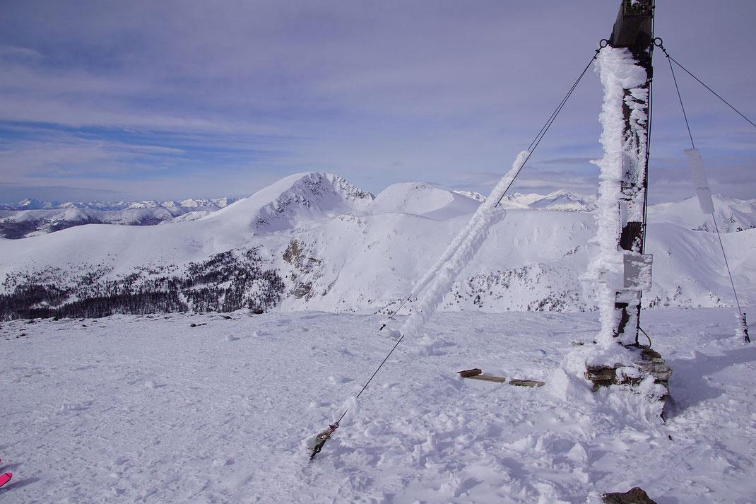 Das Gipfelkreuz mit dem Blick nach Westen zum Rosennock