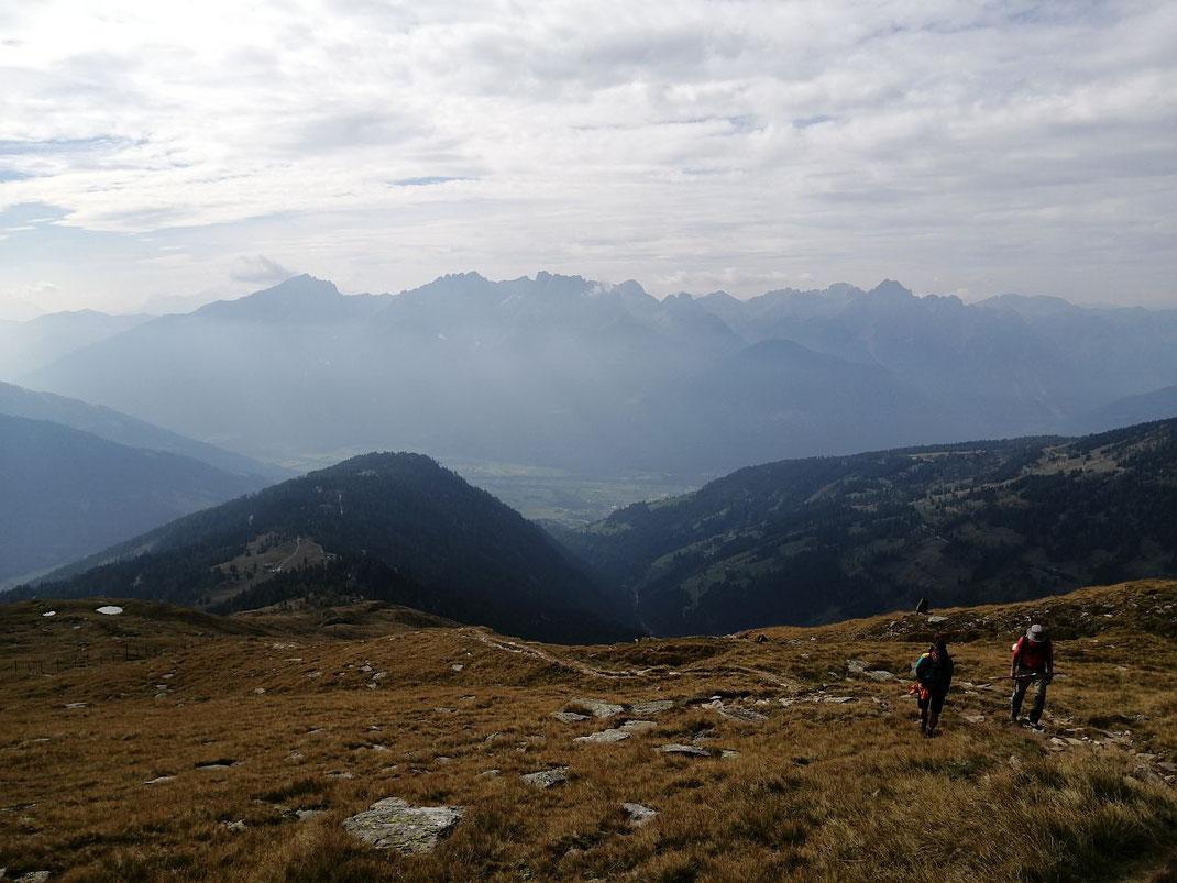 Über freie Almflächen geht es höher, im Süden grüßen die Lienzer Dolomiten