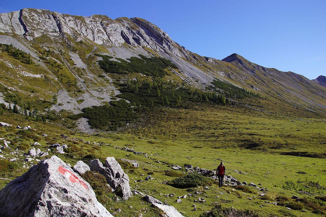 Am Beginn des Aufstiegs, links im Hintergrund der Torkofel