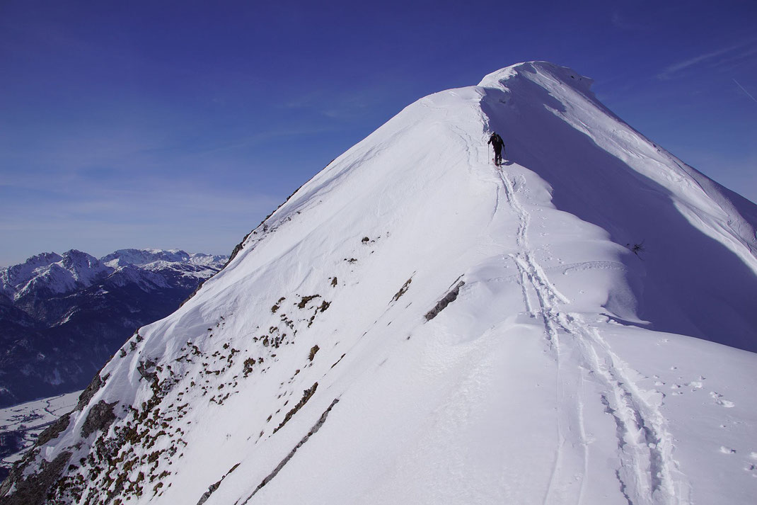 Die letzten Meter zum Gipfel; 2021 liegt extrem viel Schnee und man muss die Schier nur einmal kurz abschnallen.