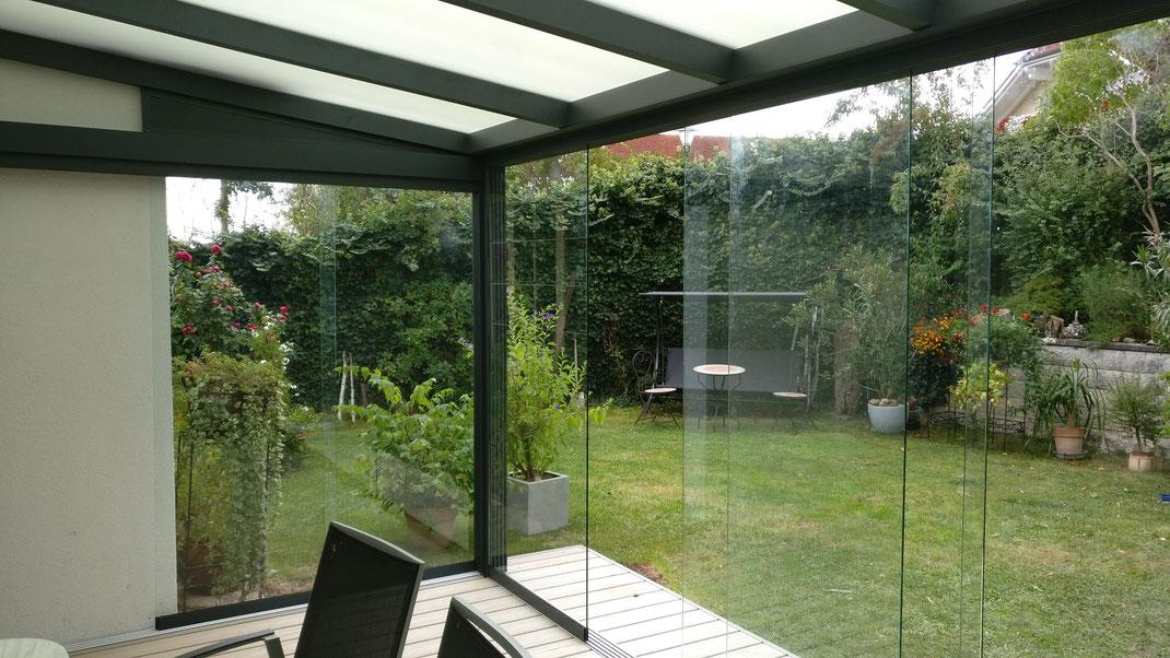 Glasschiebewand Terrassendachlamellendachsichtbeton