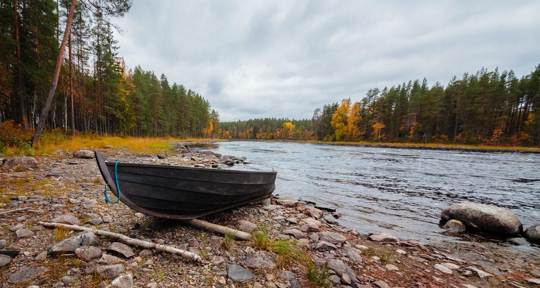 Ein typisches, finnisches Holzboot, welches man zum Regenbogenforellenfischen am Kattilakoski-Stromschnellen-Reservats nimmt.