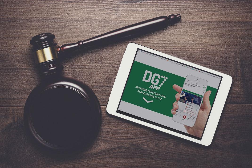DG7App zur Mitarbeiterschulung läuft auf Tablet, daneben liegt ein Richterhammer