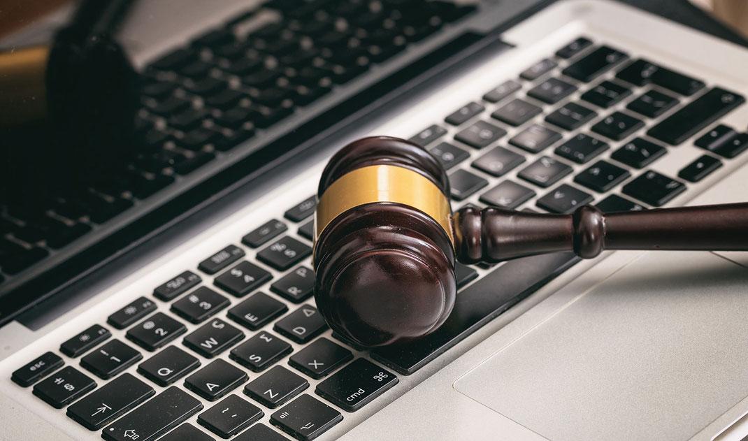 Ein Computer mit einem Richter utensil darauf spielt auf die wichtige Rolle der DSGVO an