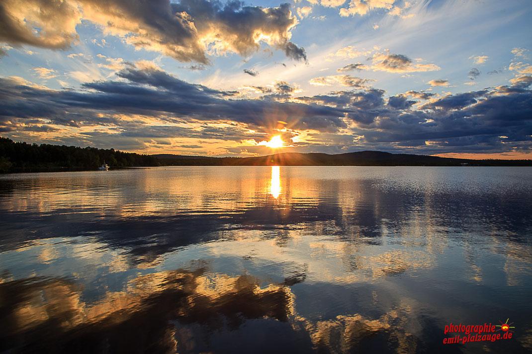 Inarisee Finnland wo die Sonne zu dieser Jahreszeit nie richtig untergeht.