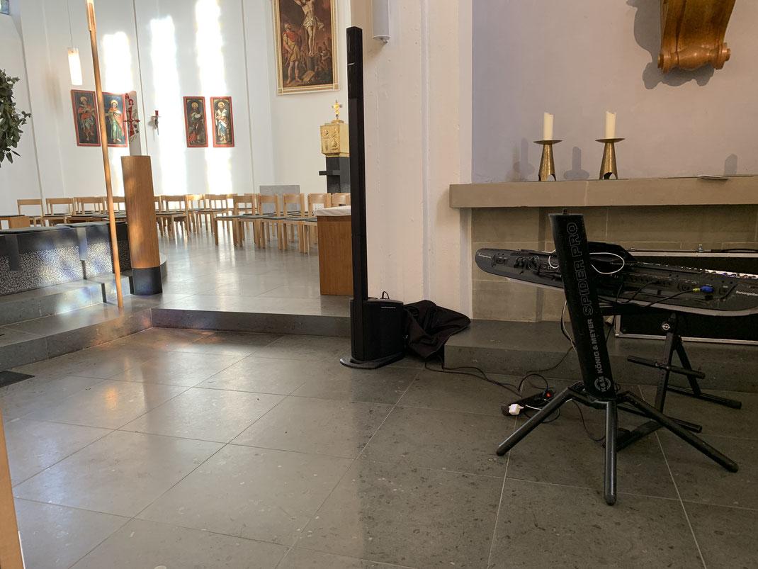 In der Kirche St. Hubertus in Grosselfingen als Pianist für die Gemeindelieder