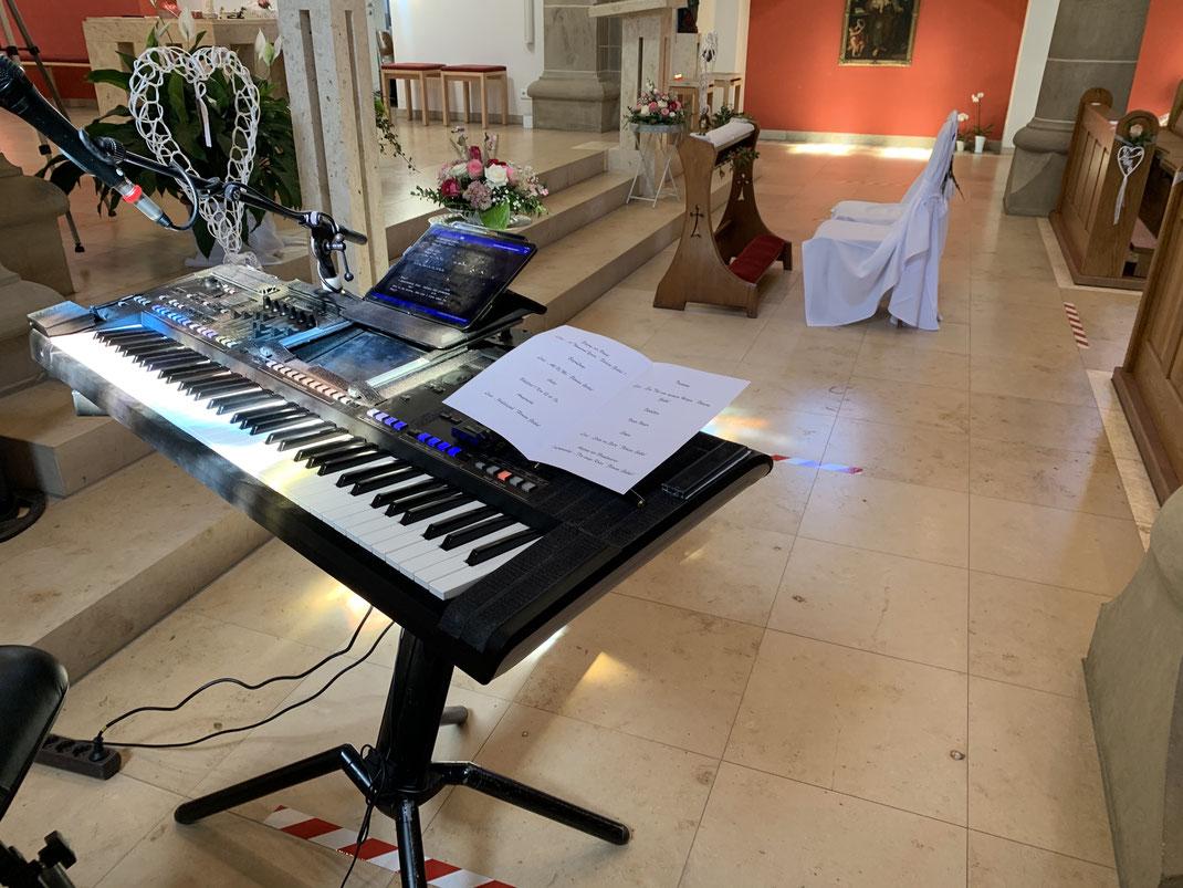 Pianist und Sängerin Löwenstein bei einer Trauung