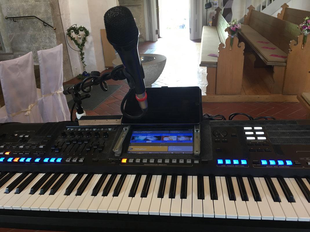 Livemusik als Pianist und Sänger für die Kirche