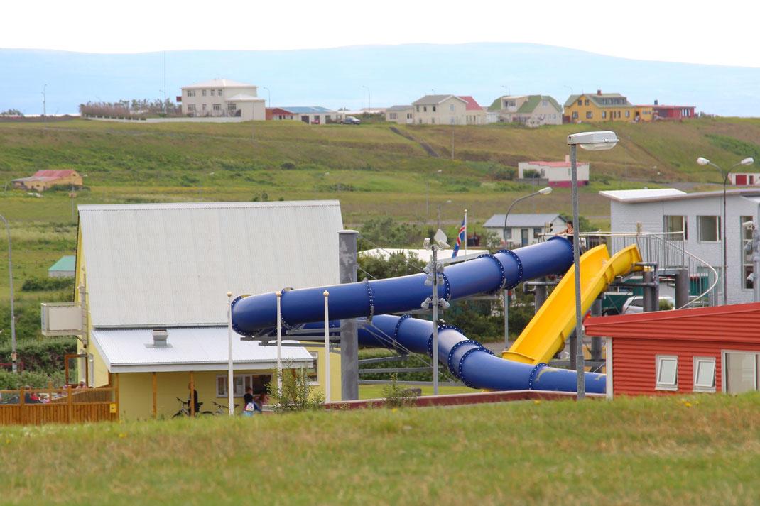 Суровый народ - Исландцы. На улице +15, а у них в каждом крупном городе открытый аквапарк. Лето же, надо купаться.